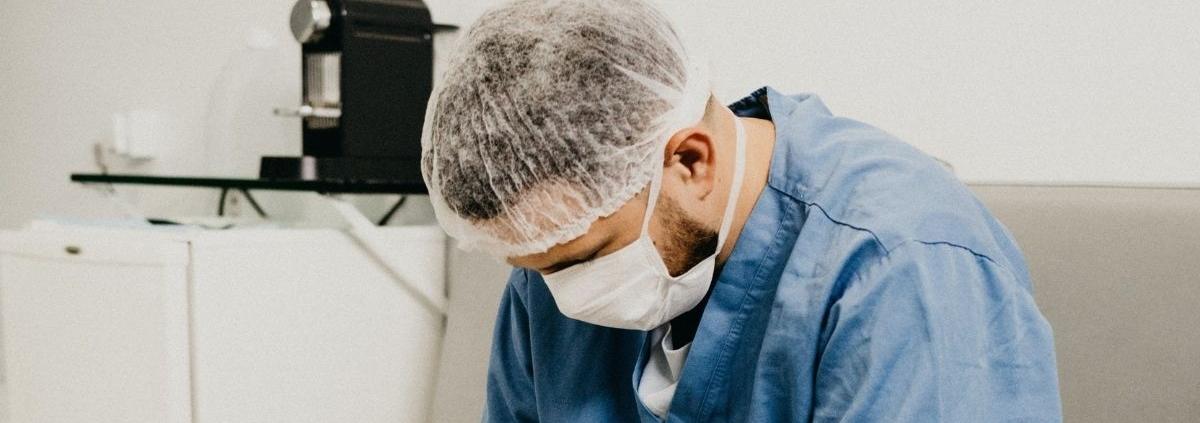 Fáradt maszkos ápoló ül a szünetében